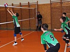 První vítězný zápas nedělního turnaje absolvovali domácí žáci volejbalového celku Kralup (vpravo zeleno-černé  dresy) s družstvem Benátek nad Jizerou.