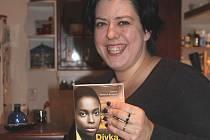 Barbora Walterová Benešová se svou novou knihou.