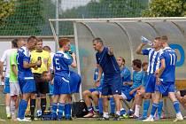 Trenér Luboš Urban udílí pokyny fotbalistům Libiše během jedné z přestávek na občerstvení. Domácí nevyužili převahy jednoho muže navíc ve druhém poločase a závěrečné utkání sezony s Brandýsem prohráli 0:1 po penaltovém rozstřelu.