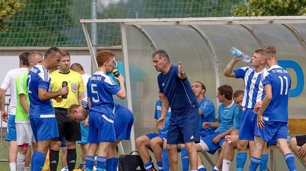 Trenér Luboš Urban udílí pokyny fotbalistům Libiše.