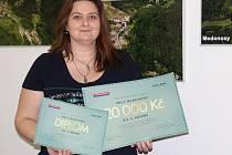 Starostka Medonos Jana Vlková do obce přivezla diplom, poukaz na obraz a šek na dvacet tisíc korun.