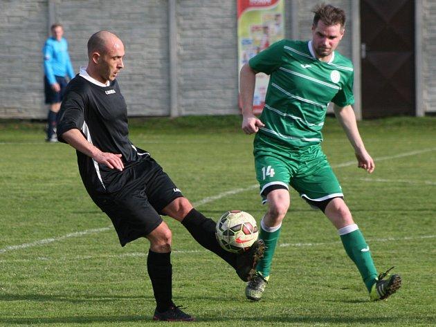 I. B třída: Tišice (v zeleném) - FC Mělník (1:6). Ilustrační foto.