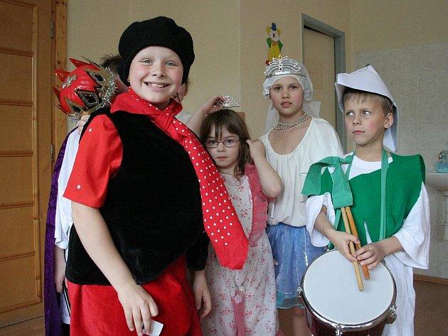 Členové Modrého divadélka v mělnické základní škole Jindřicha Matiegky nacvičili a zahráli pohádku o princezně Sasance