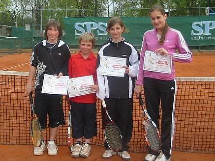 Kvarteto úspěšných mělnických tenistů ve složení Kopecký, Januška, Němcová a Smotlachová.
