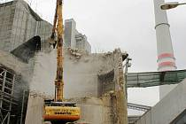 Jeden ze šesti dvě stě metrů vysokých komínů už v areálu elektrárny nestojí.
