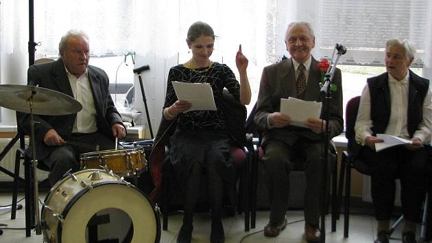 Na plese vystoupil i pěvecký sbor centra seniorů.