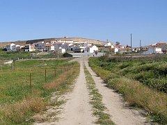 Galisteo,  městečko na kopci, celé obehnané hnědými hradbami z malých valounů křemene.