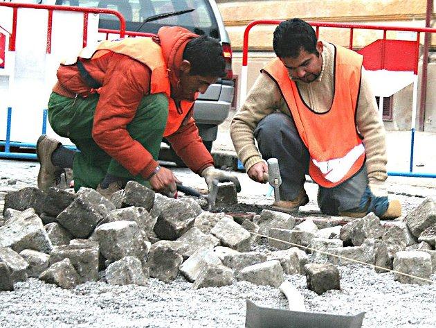 Dlaždiči v době schůzky zastupitelů se stavaři pracovali na křižovatce ulic Seifertova a Kněžny Emmy.