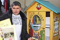 Soví budka v Lobkovicích a autor její grafické podoby Láďa Dvořák.