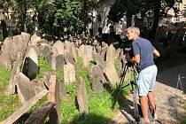 Natáčení na židovském hřbitově.
