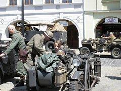 Nedělní náměstí patřilo vojenské historické technice.