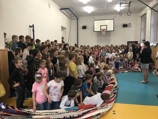 Kelská základní škola v Záboří je zapsaná v České knize rekordů. Upletli tu totiž nejdelší šálu, která omotala celou školu.