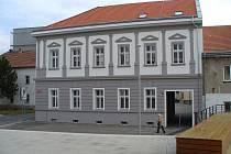 Nové sídlo kralupského kontaktního pracoviště na Palackého náměstí sousedí s radnicí.