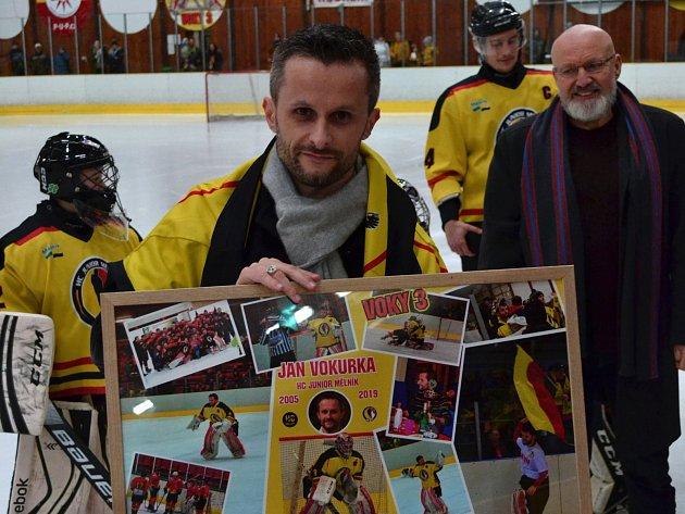 Mělnické publikum po čase přivítalo také brankáře Jana Vokurku, kterému klub poděkoval za dlouholeté služby vbrankovišti.