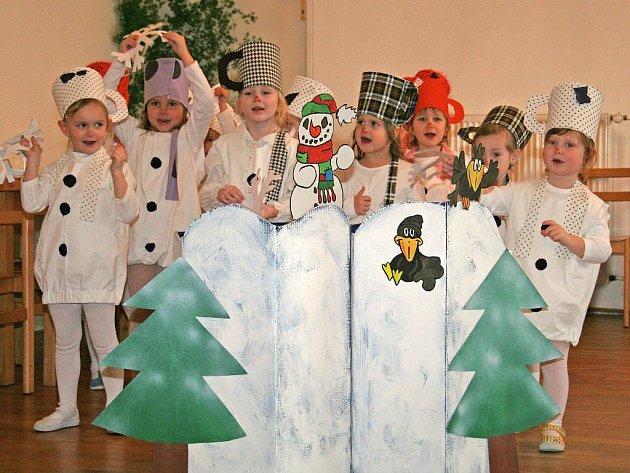Děti z cítovské mateřské školy se proměnily v roztomilé sněhuláky