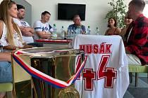Hokejistu Patrika Husáka ocenil starosta Kralup Marek Czechmann, došlo i na hokejbalovou exhibici.
