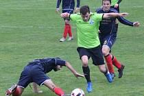 Fotbalista Dynama Nelahozeves (v zeleném) bodovali i v pátém domácím utkání v nové sezoně I. A třídy, s Klecany prohráli až v penaltovém rozstřelu.