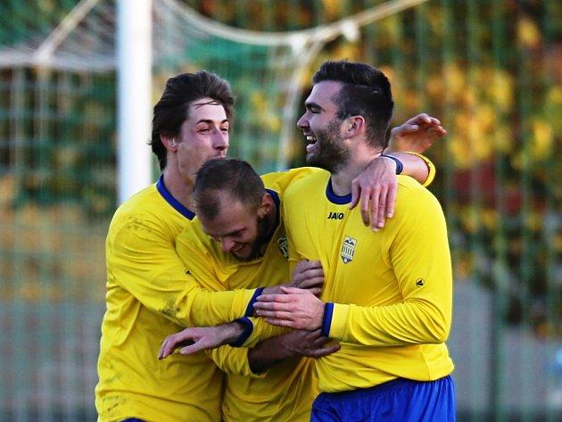 Michal Palanský (vpravo) právě rozhodl o výhře Neratovic nad Hostouní, když hlavičkou překonal brankáře Petroviče.