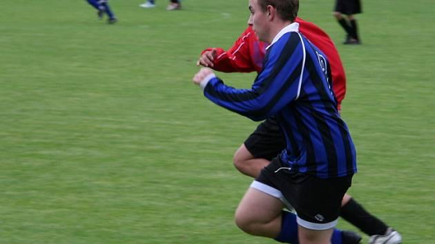 Z utkání 3. kola III. třídy žáků Vojkovice (v modrém) - Dynamo Nelahozeves 3-1