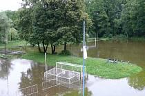 Zatopené fotbalové hřiště v Obříství.