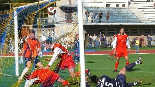 Před týdnem v Chrudimi sice fotbalisté Ovčár inkasovali jako první (na snímku), nakonec ale výsledek otočili (3:1). Dočkají se tří bodů i dnes?