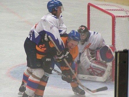 Úvodní přípravný zápas se mělnickým hokejistům vůbec nevydařil. Na domácím ledě podlehli celku Řisut 1:7.