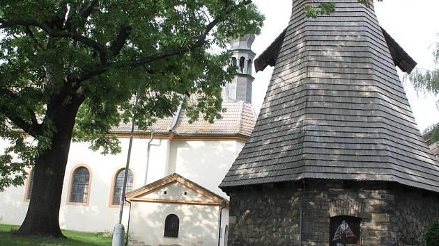 Kostel svaté Ludmily se nachází v Pražské ulici v malém parku se zvonicí.