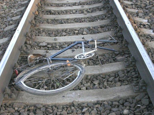 PROJÍŽDĚJÍCÍ VLAK usmrtil na kolejích osmatřicetiletého muže z Mělnicka. Kolo, které měl s sebou, náraz vlaku úplně zničil.