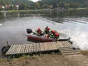 Profesionální hasiči z Roztok trénovali ovládání člunu.