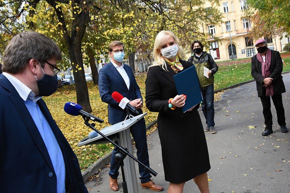 Smlouvu o vzniku velké koalice podepsala Petra Pecková (za STAN), Martin Kupka (ODS), Jiří Snížek (Piráti) a Jan Jakob (TOP 09; zastupující Spojence pro Středočeský kraj).
