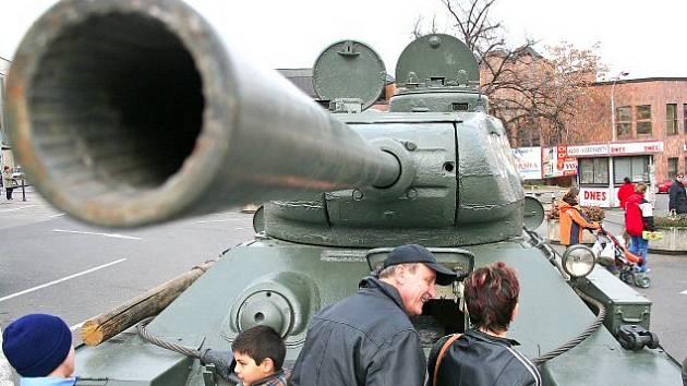 Tank bude na náměstí Karla IV. vystaven do odpoledních hodin.