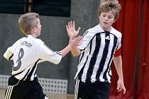 Mladší žáci Veltrus slaví jeden z gólů v síti soupeřů na sobotním turnaji v Mladé Boleslavi.