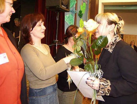 Manažerky Charity předaly nejlepším pečovatelkám a zdravotním sestrám květiny a dárky