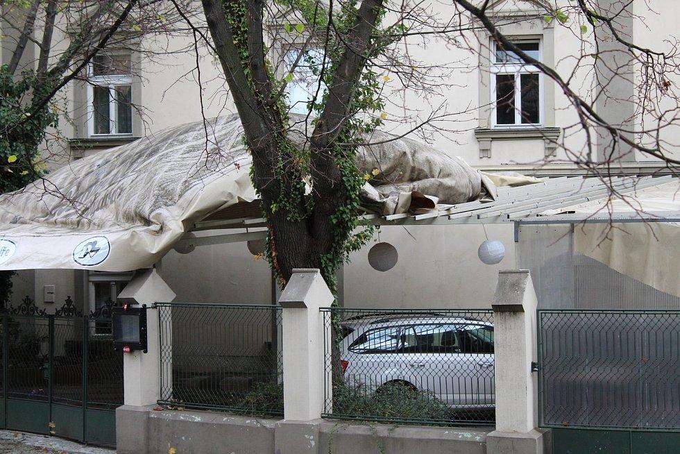 Vichřice poničila sportovní areál Na Polabí v Mělníku. Na náměstí Míru vítr převracel cedule a strhával plátěné střechy.