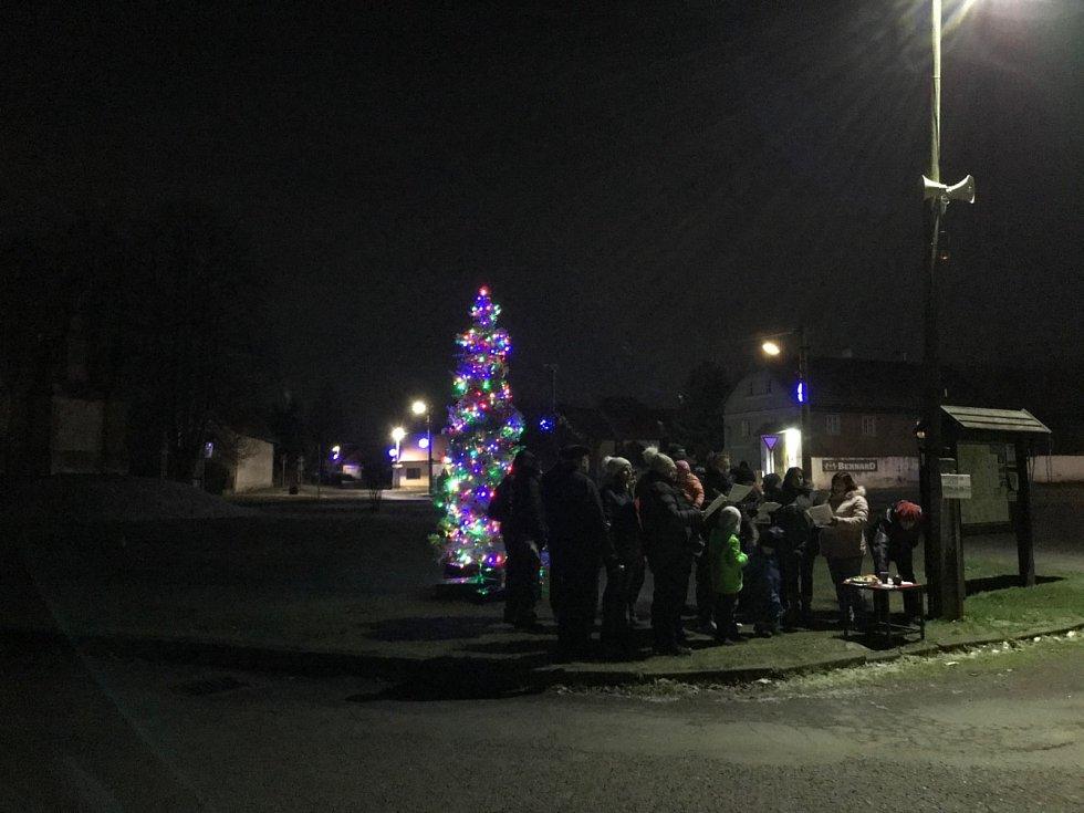 Na mnoha místech nejen v České republice zazněly ve středu 11. prosince vánoční koledy. Zpívalo se také před obecním úřadem v Kokoříně, kde se občané sešli před rozsvíceným vánočním stromečkem.