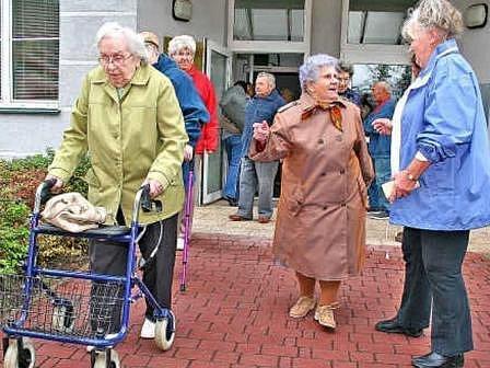 EVAKUACE.  Dům s pečovatelskou službou opustilo asi padesát seniorů.  Cílem evakuačního autobusu byla restaurace na Hostibejku, kde si dali kávu a zákusek.