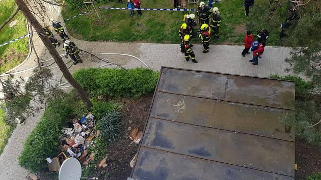 Požár bytu ve třetím patře panelového domu v Kralupech nad Vltavou.