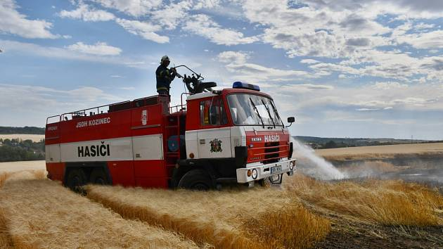 Rozsáhlý požár vypukl vsobotu na poli u Únětic na Praze západ.
