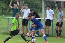 Fotbalisté Dynama Nelahozeves (v zeleném) přetlačili Mníšek 3:2 a oslavili první tříbodovou výhru v ročníku.