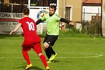 Na hřišti ve Velkém Borku fotbalisté Viktorie sice neuspěli, ale Borek jim jako soupeř odpadl, když postoupil do krajské B třídy. Všestudský Patrik Koudelka (v zeleném) v souboji proti boreckému Jaroslavu Kováčovi (v červeném).