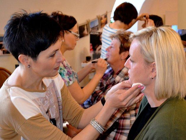 Mělnické Regionální muzeum otevřelo dveře všem zájemkyním o profesionální nalíčení a všechny zkrášlovací služby. Takzvaný Make-up maraton se tu letos konal už popáté.