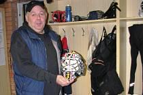 Antonín Drašnar přidal ještě k dobru historku, že kdysi zapomněl gólmanovi Janu Vokurkovi sbalit helmu a ten mu to od té doby neustále připomíná.