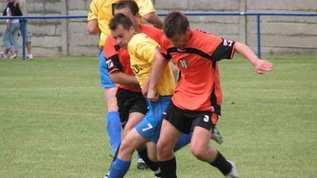 Fotbalisté Hořína na závěr odměnili své věrné fanoušky desítkou gólů v síti Sokola Vraný, tři z nich vstřelil Michal Voljanskij (č. 7).