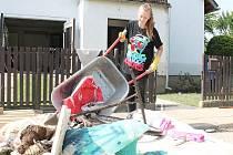 Barbora Prchalová se svým bratrem a maminkou stále z  domu vynášejí zničené věci.