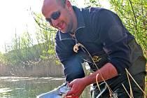 Na stěhování liběchovských pstruhů na Barabu se podílel i vedoucí rybářské stráže Radek Miškovský.