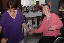 Při muzice se bavili i ti, kteří přijeli na invalidních vozíčcích.