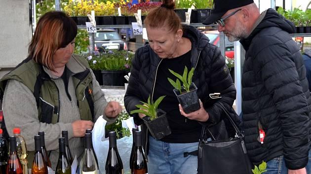 Velikonočním jarmarkem na mělnickém náměstí Míru byla oficiálně zahájena sezona farmářských trhů.