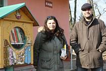 Na snímku je duchovní matka projektu sovích budek Michaela Landová, a Ladislav Židoň, jednatel nakladatelství, jež budky pravidelně zásobuje novými knihami. Při realizaci jim pomáhal také Bohdan Kasper, autor technického projektu.
