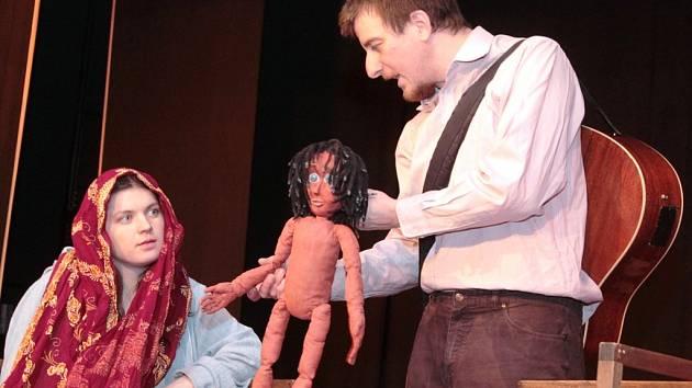 Divadlo Fígl zahrálo v Neratovicích příběh o chlapci z džungle Mauglí.