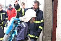 Po výstřelu startéra hasiči vbíhají do věže